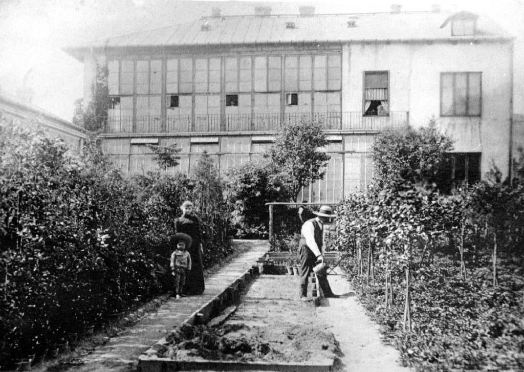 ogrodnik z konewką w Alejach Jerozolimskich
